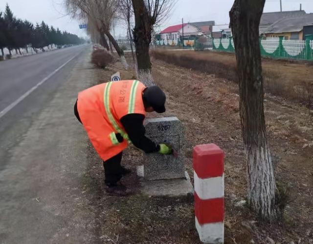 春季养护当时,道路安全得到保障。